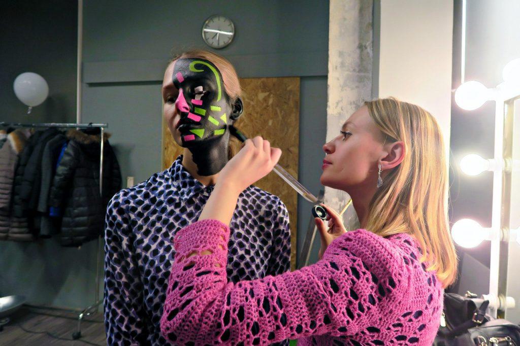 Омелия Олсен работает с моделью